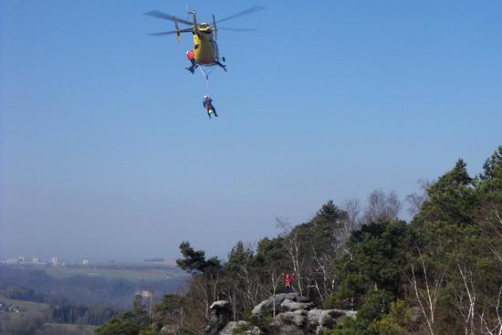 Anflug mit Einweisung durch einen Bergretter auf dem Fels