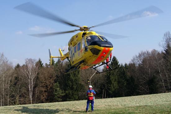 Dem Piloten von Christoph 62 hilft ein Außenspiegel bei Taurettungen