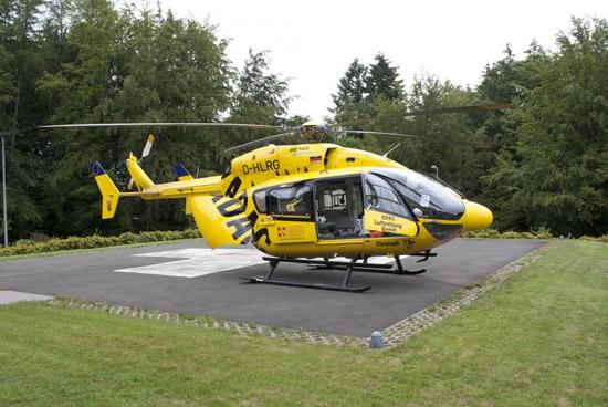 """Der RTH-ITH """"Christoph 77"""" (hier die Standortmaschine D-HLRG) am Krankenhaus in Weilburg (Lahn-Dill-Kreis, Hessen). Anlass ist eine Intensivverlegung"""