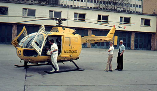Die D-HFFM ist leider schon 1977 bei einem Unfall in Kassel zerstört worden. Dieses Bild zeigt eine später beschaffte Maschine nach einer Landung im Innenhof der Feuerwache Nied.