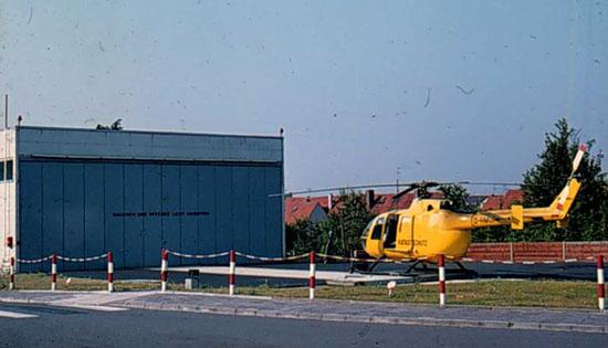 Siebziger Jahre in Frankfurt: Gelber Hubschrauber und damals neuer Hangar im Zufahrtsbereich des Krankenhauses