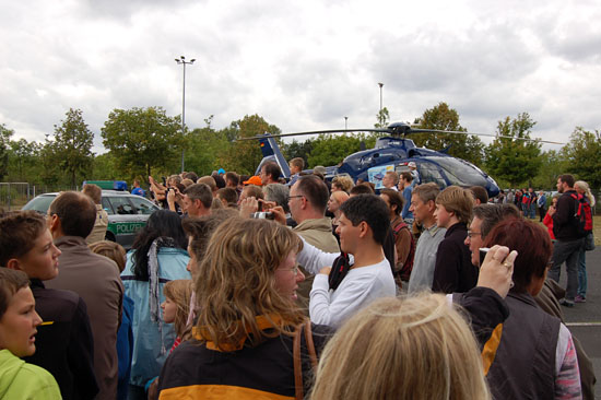 """...und startet zu einem Notfalleinsatz - staunend beobachtet und fotografiert von den zahlreichen Gästen der Festveranstaltung des Fördervereins der Luftrettungsstation """"Christoph 7"""""""
