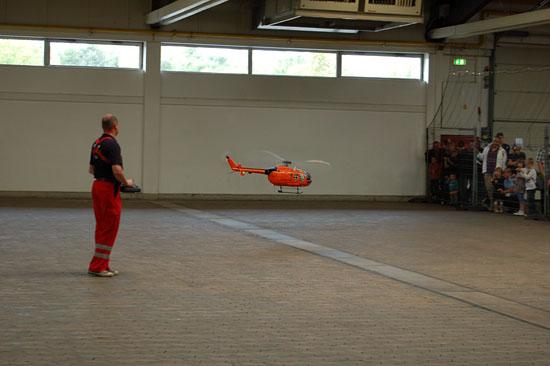 Für die Freunde der Modellfliegerei gab es in den Messehallen Flugvorführungen mit einer EC Bo 105 CBS-5 im Maßstab 1:8...