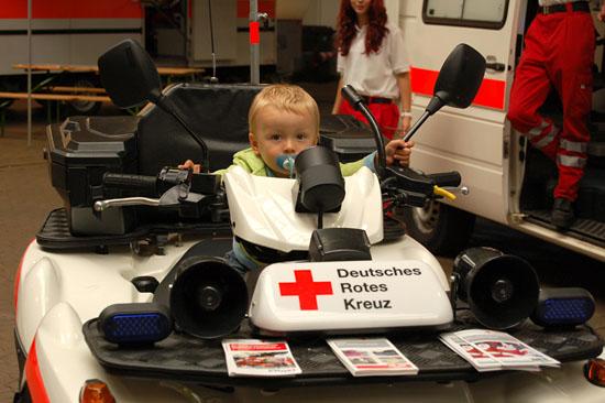 """""""Wenn ich mal groß bin, werde ich 'Quadmelder' beim Roten Kreuz"""" - dann aber hoffentlich mit Helm!"""