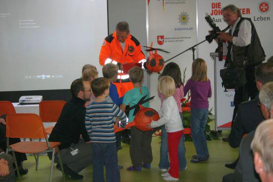 """Kinder der Kindertagesstätte """"Weltkinder"""" drückten bei der Geschenkeübergabe ihre Verbundenheit mit """"Christoph 4"""" aus"""