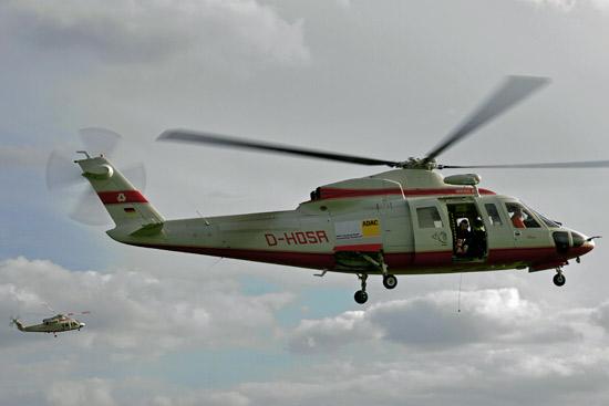 Zwei Helikopter des Typs S 76 von Wiking mit ADAC-Aufkleber