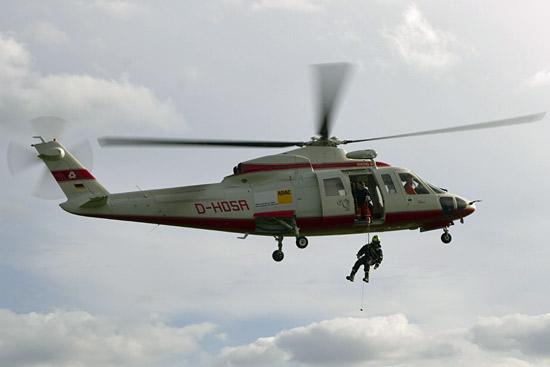 Wiking S 76 mit ADAC-Aufkleber bei Manöver mit der Seilwinde während eines Trainings