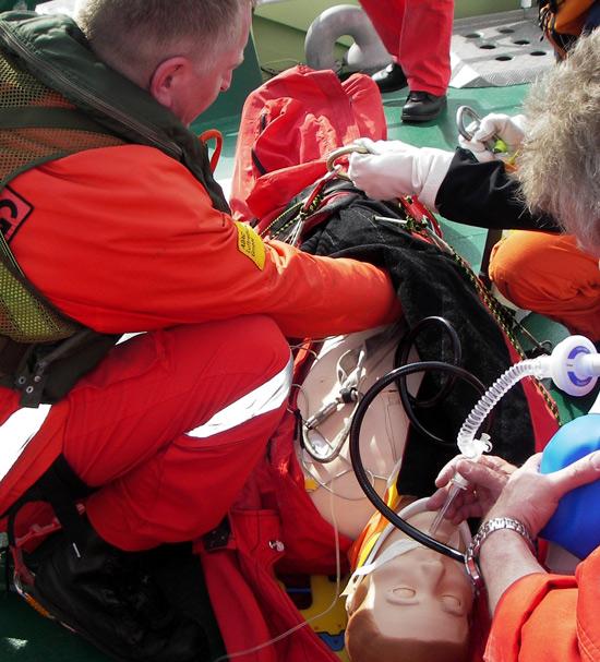 Medizinische Crew in Aktion bei einem Patientensimulationstraining im Zuge der Windenrettungsübung