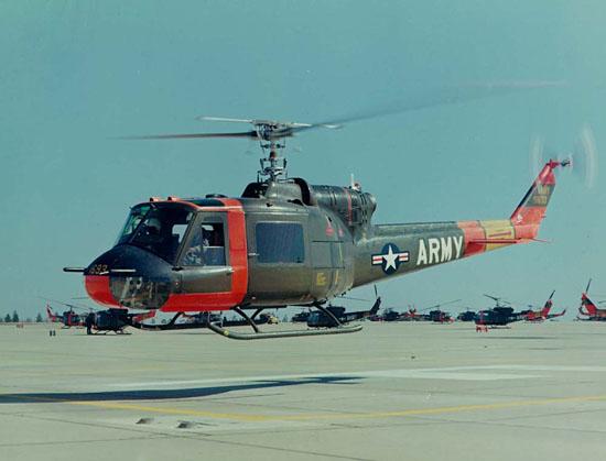 """Die HU-1A (später UH-1A) war die erste Serienversion der """"Huey"""". Das Bild zeigt einen Schulhubschrauber der Army Aviation School in Fort Rucker, Alabama. In dieser Pilotenschmiede hatten auch viele Flieger der Bundesluftwaffe ihren Erstkontakt mit ihrem"""