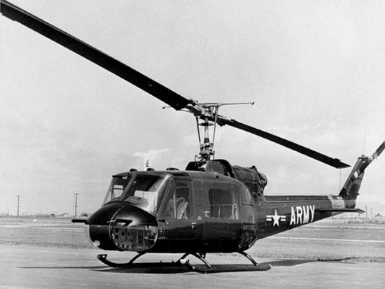 """Die UH-1B wurde gegenüber der UH-1A nochmals verbessert und erhielt seine """"Feuertaufe"""" im Vietnamkrieg. Führe UH-1-Baureihen haben noch eine deutlich kürzere Kabine und werden daher manchmal auch als """"Baby-Hueys"""" bezeichnet."""