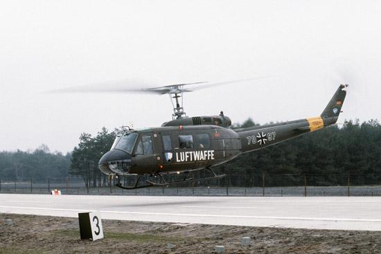"""UH-1D in der Luftransportrolle bei der Übung """"Highway 84"""" im Raum Ahlhorn"""