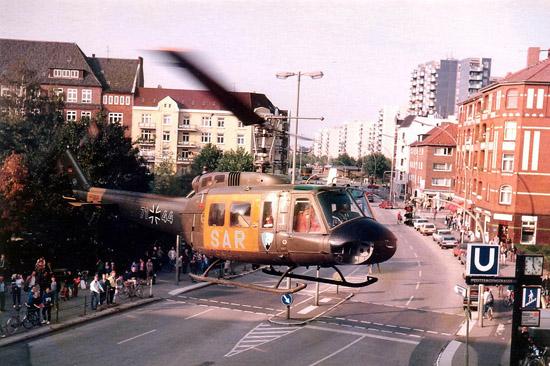 """Das """"Norm'60""""-Tarnschema sah eine Lackierung der Hubschrauber in RAL 6014 Gelboliv über alles vor. Nach ausgiebigen Tarnversuchen wich man auf die """"Norm'84""""-Dreifarbentarnung mit weniger auffälligen Beschriftungen aus."""