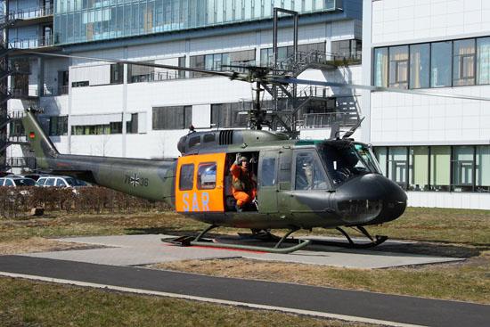 """""""SAR 56"""" aus Penzing fernab der Heimat in Marburg. In den Wintermonaten wurden die Maschinen des LTG 61 bevorzugt mit Einsinkschützen ausgerüstet. Hier flog man auch gerne ohne Verbandswappen, was die Zuordnung nicht gerade erleichterte."""