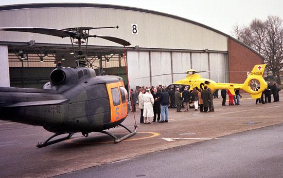 Hier zu sehen: die offizielle Übergabe des Luftrettungszentrums Rheine an den ADAC im Jahr 1998