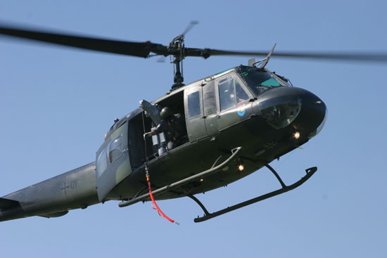 Die bei SAR-Maschinen standardmäßig eingerüstete AEG-Innenrettungswinde wird aus der Kabine geschwenkt und hat eine maximale Traglast von 275 kg bei einer Seillänge von 45 Metern