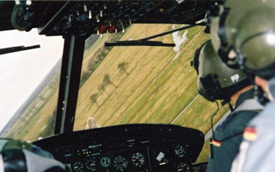 Taktisches Fliegen: Nap of the Earth (NoE)-Fliegen erfordert die volle Konzentration aller Besatzungsmitglieder. Im Bild eine Maschine deren Besatzungsraum für den Einsatz von Bildverstärkerbrillen geschwärzt wurde.