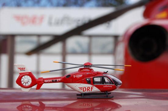 """Die kleine EC 135 """"Christoph 41"""" (D-HDRP) ganz groß: hier vor dem Hangar des DRF-Luftrettungszentrums Leonberg"""