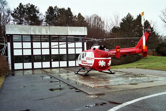 """Auch die BO 105 wurde von der DRF lange Zeit im Großraum Stuttgart eingesetzt (hier die """"D-HLLL"""", eine BO 105 CBS, an der DRF-Station in Leonberg)"""