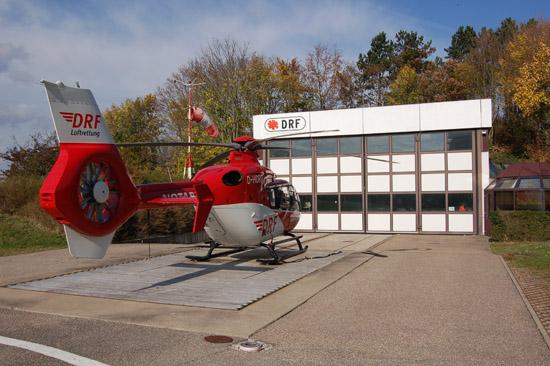 """Der """"Christoph 41"""" wartet im Oktober 2008 vor seinem Hangar auf den nächsten lebensrettenden Einsatz"""
