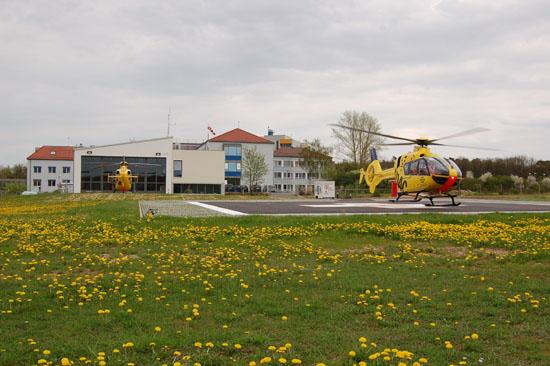 """Die von Grunde auf renovierte ADAC-Luftrettungsstation """"Christoph 18"""" an der Ochsenfurter Main-Klinik kommt einem Neubau gleich. Im Vordergrund die beiden als """"Christoph 18"""" beschrifteten Maschinen vom Typ EC 135."""