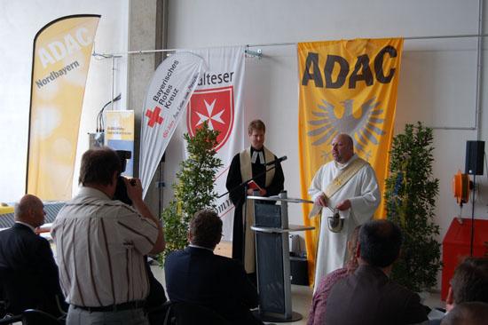 """Der evangelische Pfarrer Robert Foldenauer (links) und der katholische Diakon Norbert Hildenbrand (rechts) segnen die neuen Räumlichkeiten von """"Christoph 18"""""""