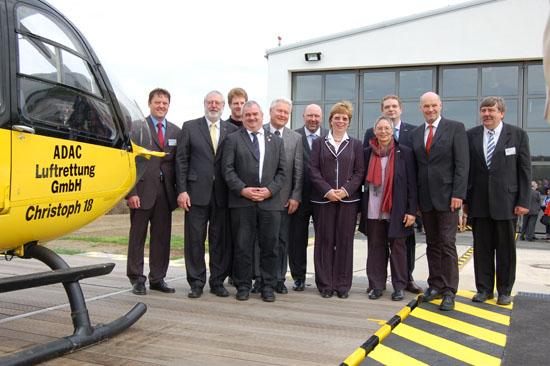 """Das """"Gruppenfoto mit Damen"""" zeigt unter anderen den Ochsenfurter Stationsleiter Christian Stangl (links außen), Frau Susanne Matzke-Ahl, Frau Dr. med. Erdmuthe Hummel, Frédéric Bruder (3. von rechts) und Ernst Freier (rechts außen)"""