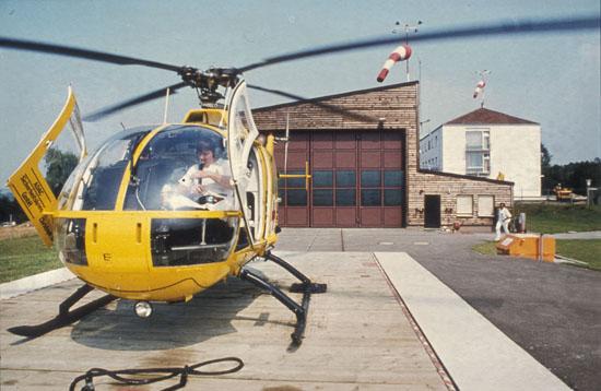 """Die ADAC-Sicherheitskreis GmbH stellte im Juli 1980 eine BO 105 zur Verfügung, damit der RTH """"Christoph 18"""" fristgerecht in Ochsenfurt in Betrieb gehen konnte (im Cockpit des RTH: der heute noch aktive Ernst Freier von den Maltesern)"""
