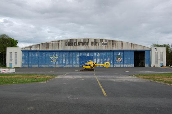 """Während den umfangreichen Umbauarbeiten in Ochsenfurt stationiert die ADAC Luftrettung den RTH """"Christoph 18"""" auf der ehemaligen U.S. Air Base in Giebelstadt, die nur zwei Flugminuten von Ochsenfurt entfernt liegt"""