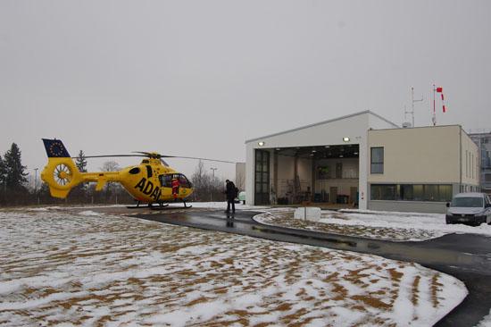 """Am 15. Januar 2013 nach Ochsenfurt zurückgekehrt, macht sich der RTH """"Christoph 18"""" am """"Tag der Luftrettung 2013"""", am 22. Januar, einsatzklar zum nächsten Notfalleinsatz. Rechts die komplett neue Station."""