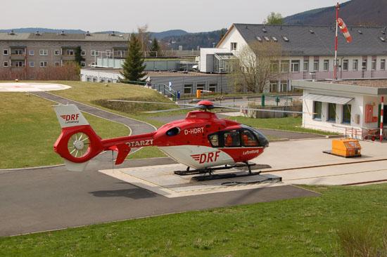 ... und landet punktgenau auf dem Helipad vor seinem Hangar (hier die EC 135 mit der Kennung D-HDRT)