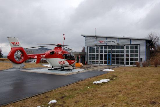 Am 13. April 2013 steht die Standortmaschine vom Typ EC 135 mit der Kennung D-HDRL vor dem Hangar. Witterungsbedingt sind an diesem trüben und nassen Tag nur wenige Einsätze möglich.