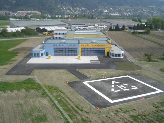 """2005 konnte das """"Flugrettungszentrum West"""" seiner Bestimmung übergeben werden. Der Heliport liegt nicht im Bereich des Flughafens Innsbruck und hat die eigenständige Kennung LOJO"""