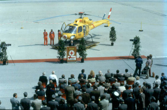 """Feierliche Indienststellung des NAH """"Christophorus 1"""" am 1. Juli 1983. Erste Einsatzmaschine: eine AS 355 F """"Ecureuil II"""""""