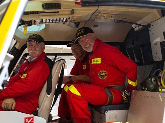 """Dieses Bild zeigt nicht nur eine Crew der ersten Stunde sondern auch die beengten Platzverhältnisse im """"Ecureuil"""""""