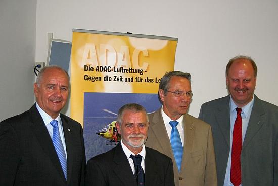 Ehrende und Geehrte: (v.l.n.r.) Ulrich Krämer, Technikvorstand ADAC N/SA; Bernd Augustyniak, ltd. HCM; Reinhard Manlik, Vorsitzender ADAC N/SA; Andreas Memmert, Bürgermeister der Samtgemeinde Schladen