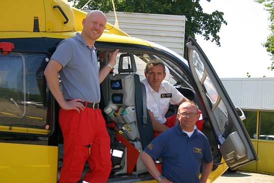 Diensthabende Geburtstagscrew: (v.l.n.r.) NA Dr. Tobias Jüttner, Pilot Jörg Riechert, HCM Oliver Binner