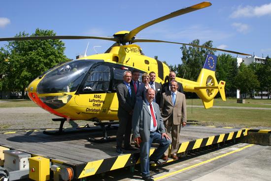 Langjährige Partner: Vertreter des DRK, der ADAC Luftrettung GmbH, des ADAC Niedersachsen/ Sachsen-Anhalt, der Stadt und des Klinikums Wolfenbüttel