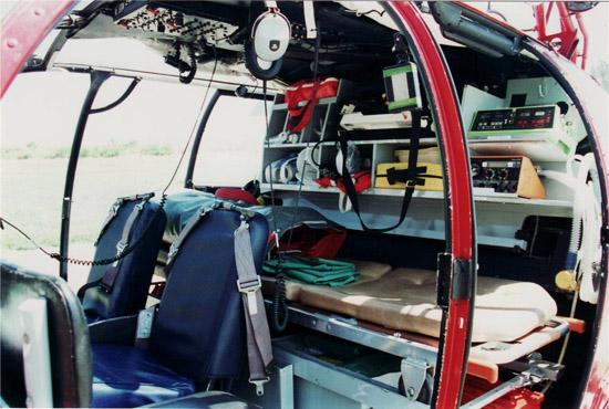 Im Vergleich zu den meisten heutigen Rettungshubschraubern war die Trage damals noch quer zur Flugrichtung positioniert