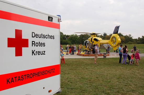 """Präsentierten sich den Besuchern des Tages der offenen Tür der RTH-Station """"Christoph 5"""": Deutsches Rotes Kreuz und ADAC Luftrettung"""