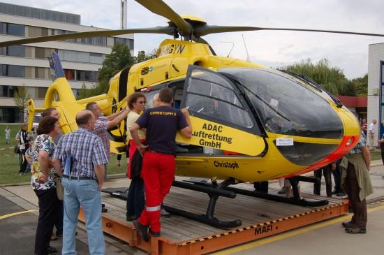 """Crewmitglieder der ADAC-Luftrettungsstation """"Christoph 5"""" erklärten bereitwillig die Details der Maschine"""