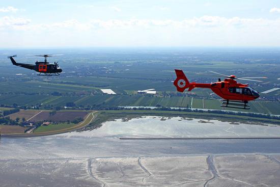 Die Formationsflüge der UH-1D und der EC 135 über Hamburg anlässlich des 40-Jährigen Jubiläums wurden durch ein Flächenflugzeug fotografisch begleitet