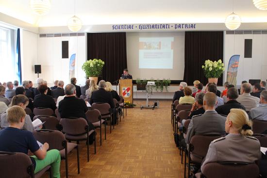 Auf dem offiziellen Festakt wurden zahlreiche Grußworte gesprochen. Am Rednerpult: Begrüßung durch den Chef- und Generalarzt Dr. Med. Joachim Hoitz