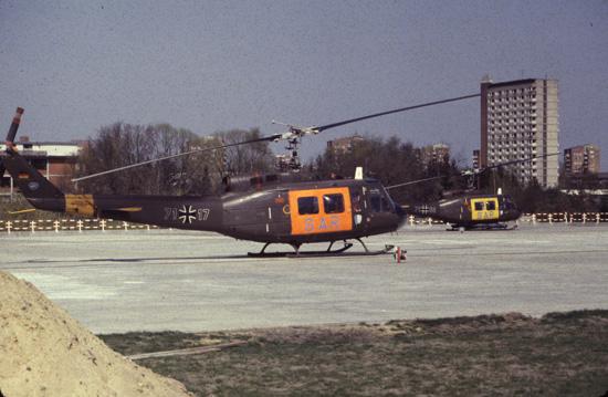 Baumaßnahmen in den 1980er Jahren: Der Landeplatz ist hier noch recht neu. Zu Besuch eine Maschine der sog. See-Staffel (2./HTG64)