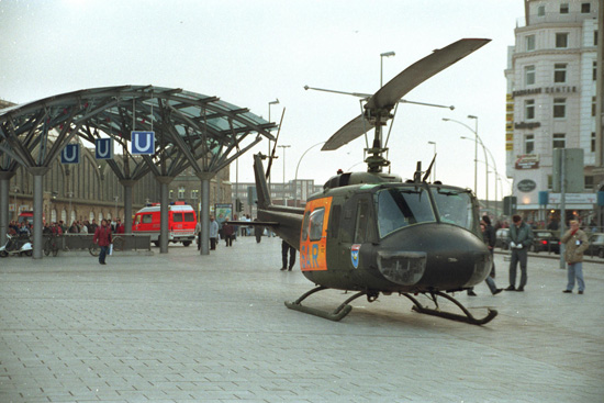 Landungen auf öffentlich stark frequentierten Plätzen (wie hier vor dem Hamburger Hauptbahnhof) bergen Gefahren für Passanten und Schaulustige. Hier ist eine funktionierende Zusammenarbeit mit der Polizei unerlässlich