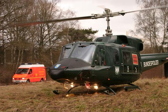 """Eine Praxis, die auch in Hamburg zum Einsatz kam: Bei Wartungen stellten grüne Bell 212 aus dem Fuhlendorfer Polizeipool die Einsatzbereitschaft von """"Christoph 29"""" sicher. Besondere Markierungen im Fenster wiesen auf den Einsatz als RTH hin"""