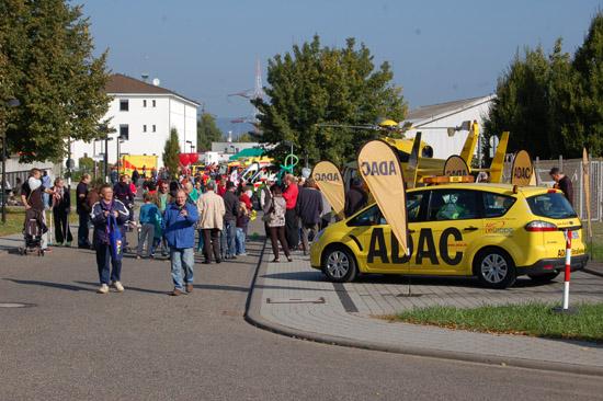 """Schon in den Vormittagsstunden herrschte im BwZKrhs Riesenandrang: Besucher aus nah und fern konnten sich von der Leistungsfähigkeit des """"Lazaretts"""", des Bundeswehr-Rettungszentrums und seiner Partnerorganisationen überzeugen"""