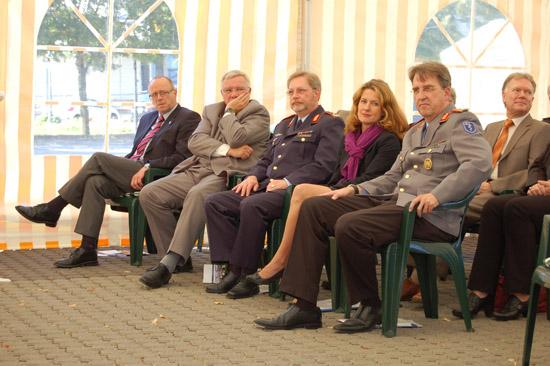 Sprachen Grußworte (von rechts nach links): Generalarzt Dr. med. Michael Zallet, Staatssekretärin Heike Raab und Generalstabsarzt Dr. med. Detlef Fröhlich