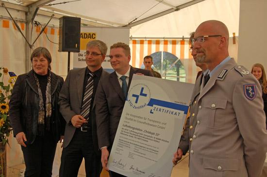 """Aus den Händen von Frau Gesine Dannenmaier, Geschäftsführerin der KTQ GmbH, erhielten die Verantwortlichen der ADAC-Luftrettungsstation """"Christoph 23"""" das KTQ-Zertifikat"""