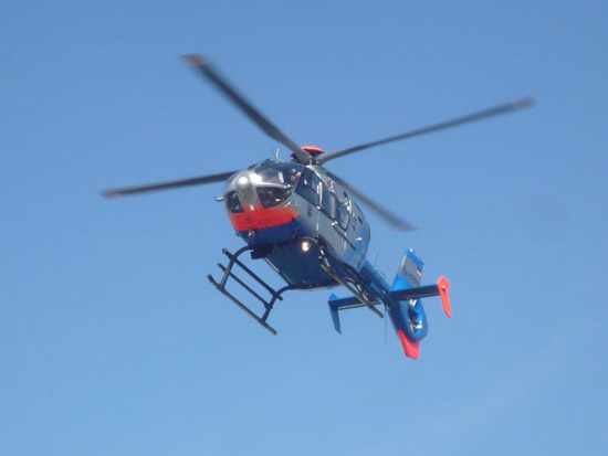 """Am späten Vormittag landete der Polizeihubschrauber """"Sperber 1"""" (D-HRPA) am BwZKrhs"""
