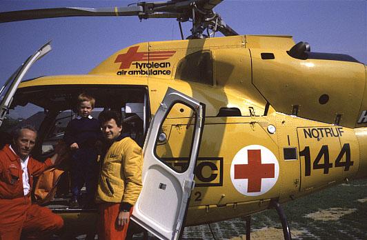Der kleine Johannes (Mitte) wurde von der Christophorus-Crew erfolgreich reanimiert und besuchte seine Retter nach der Genesung